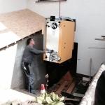 Einbringen eines Hackschnitzel-Heizkessels